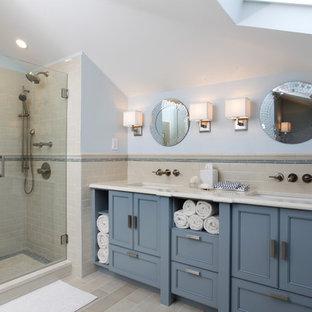 Esempio di una stanza da bagno design con lavabo sottopiano, ante con riquadro incassato, ante blu, doccia alcova, piastrelle beige e piastrelle diamantate