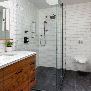 Ejemplo de cuarto de baño con ducha, actual, con armarios con paneles lisos, puertas de armario de madera oscura, baldosas y/o azulejos blancos, baldosas y/o azulejos de cemento, lavabo bajoencimera, suelo verde, ducha con puerta con bisagras y sanitario de pared