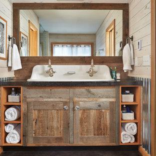 Ejemplo de cuarto de baño rústico con lavabo de seno grande