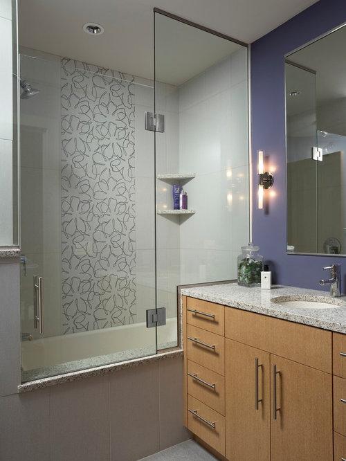badezimmer mit hellen holzschr nken und lila wandfarbe. Black Bedroom Furniture Sets. Home Design Ideas