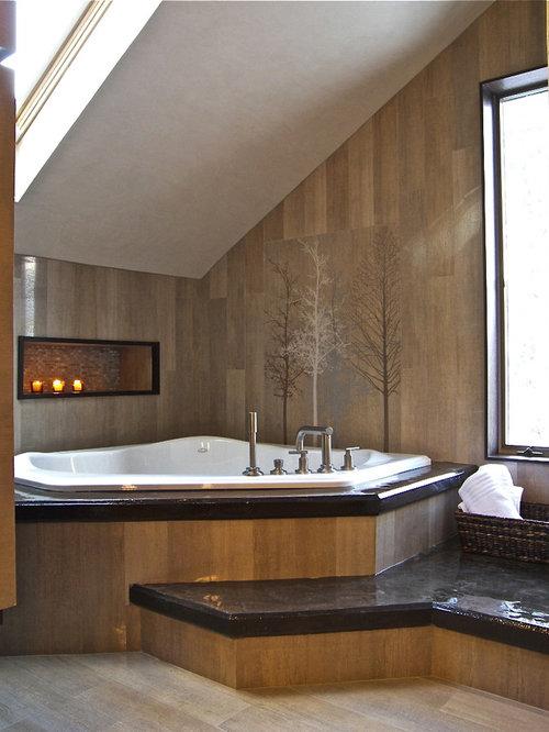 Salle de bain avec une baignoire d 39 angle et un placard porte persienne - Placard d angle salle de bain ...