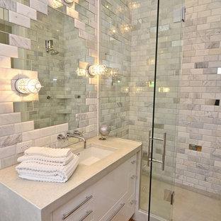 Пример оригинального дизайна: ванная комната в современном стиле с зеркальной плиткой