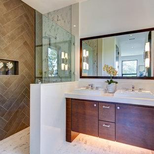 Immagine di una grande stanza da bagno con doccia design con ante lisce, ante in legno bruno, doccia aperta, piastrelle marroni, piastrelle in gres porcellanato, pareti bianche, lavabo da incasso, top in quarzite, pavimento in gres porcellanato, doccia aperta e pavimento bianco