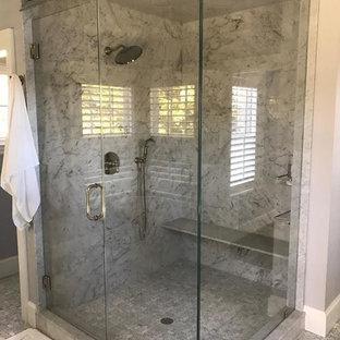 Idee per una stanza da bagno contemporanea con ante con riquadro incassato, ante turchesi, doccia ad angolo, pavimento in marmo, top in quarzite, pavimento bianco e porta doccia a battente