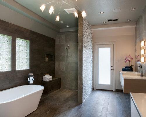 Stanza da bagno con pavimento in legno massello scuro e piastrelle in ardesia foto idee - Piastrelle di ardesia ...