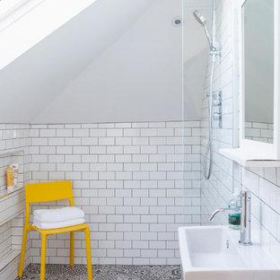 Esempio di una piccola stanza da bagno padronale minimal con doccia aperta, WC sospeso, piastrelle bianche, pareti bianche, pavimento con piastrelle in ceramica, lavabo sospeso, piastrelle diamantate e doccia aperta