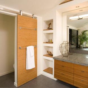 Modernes Badezimmer mit flächenbündigen Schrankfronten, hellbraunen Holzschränken und WC-Raum in Seattle