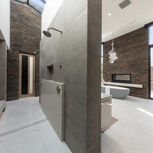 Immagine di una stanza da bagno padronale contemporanea con vasca freestanding, doccia doppia, piastrelle marroni, piastrelle grigie, piastrelle in pietra, pareti bianche, pavimento bianco e doccia aperta