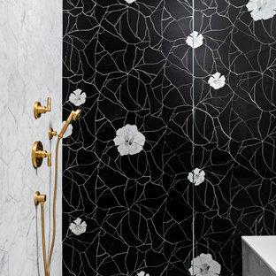 Idéer för stora funkis svart en-suite badrum, med en dusch i en alkov, luckor med infälld panel, vita skåp, ett fristående badkar, vita väggar, marmorgolv, ett undermonterad handfat, bänkskiva i kvarts, grått golv och med dusch som är öppen