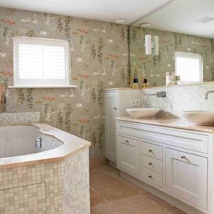 Inredning av ett modernt badrum, med skåp i shakerstil, vita skåp, en jacuzzi, gröna väggar och ett fristående handfat