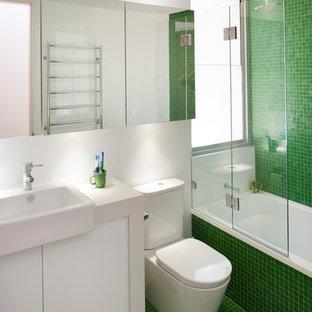Foto di una stanza da bagno per bambini minimal con piastrelle verdi, piastrelle a mosaico, vasca ad alcova, vasca/doccia e pavimento con piastrelle a mosaico