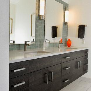 Idee per una stanza da bagno padronale design di medie dimensioni con ante lisce, ante in legno bruno, vasca da incasso, vasca/doccia, piastrelle verdi, piastrelle di vetro, pareti bianche, pavimento in gres porcellanato, lavabo sottopiano, top in quarzo composito e pavimento bianco