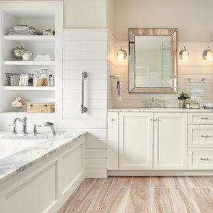 Idéer för att renovera ett stort vintage en-suite badrum, med skåp i shakerstil, vita skåp, ett undermonterat badkar, vit kakel, marmorbänkskiva, vita väggar, brunt golv, ett undermonterad handfat och ljust trägolv