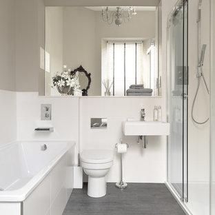 Ejemplo de cuarto de baño contemporáneo con lavabo suspendido, bañera encastrada, ducha empotrada, paredes grises, sanitario de una pieza y suelo gris