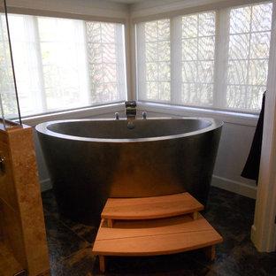 Новый формат декора квартиры: ванная комната в классическом стиле с японской ванной, разноцветной плиткой и каменной плиткой