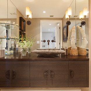 Mittelgroßes Modernes Badezimmer mit beiger Wandfarbe, hellbraunen Holzschränken, flächenbündigen Schrankfronten, Kupfer-Waschbecken/Waschtisch und brauner Waschtischplatte in Miami