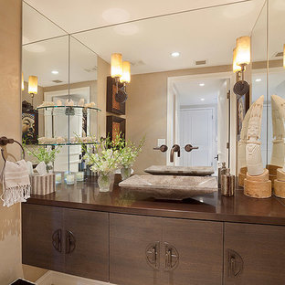 Стильный дизайн: ванная комната среднего размера в современном стиле с бежевыми стенами, фасадами цвета дерева среднего тона, плоскими фасадами, настольной раковиной, столешницей из меди и коричневой столешницей - последний тренд