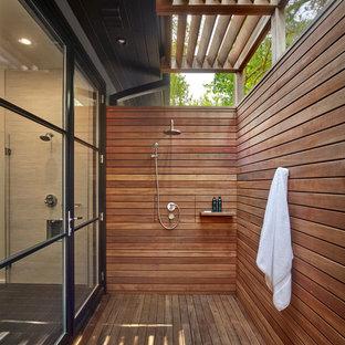 Diseño de cuarto de baño costero con ducha abierta