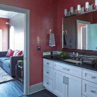 Diseño de cuarto de baño principal y papel pintado, minimalista, de tamaño medio, papel pintado, con armarios con paneles empotrados, puertas de armario blancas, paredes rojas, suelo de baldosas de porcelana, lavabo encastrado, encimera de granito, suelo gris, encimeras negras y papel pintado