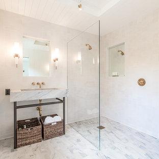 Idéer för ett stort maritimt en-suite badrum, med en öppen dusch, vit kakel, keramikplattor, vita väggar, ett piedestal handfat, marmorbänkskiva, vitt golv och med dusch som är öppen