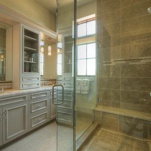 Esempio di una stanza da bagno mediterranea di medie dimensioni con lavabo sottopiano, ante a filo, ante verdi, top in pietra calcarea, piastrelle verdi, piastrelle in pietra, pareti verdi e pavimento in gres porcellanato