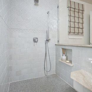 Ejemplo de cuarto de baño tradicional renovado con baldosas y/o azulejos azules, baldosas y/o azulejos de porcelana y suelo de baldosas de porcelana