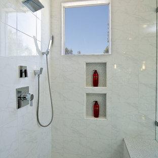 Inspiration för ett stort funkis en-suite badrum, med släta luckor, skåp i mörkt trä, ett platsbyggt badkar, en hörndusch, en toalettstol med hel cisternkåpa, grå väggar, marmorgolv och ett undermonterad handfat