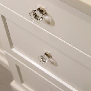 Ejemplo de cuarto de baño principal, actual, de tamaño medio, con armarios estilo shaker, puertas de armario blancas, ducha empotrada, sanitario de una pieza, baldosas y/o azulejos blancos, baldosas y/o azulejos de porcelana, paredes púrpuras, suelo de baldosas de porcelana, lavabo bajoencimera, encimera de cuarzo compacto, suelo violeta, ducha con puerta con bisagras y encimeras blancas