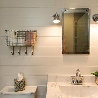 Foto de cuarto de baño con ducha, de estilo americano, pequeño, con armarios con paneles empotrados, puertas de armario negras, sanitario de dos piezas, paredes blancas, suelo vinílico, lavabo encastrado, encimera de mármol, suelo marrón y ducha con puerta con bisagras