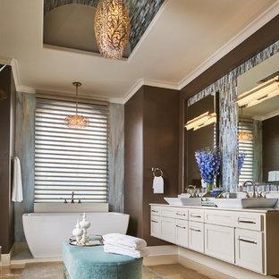 Modelo de cuarto de baño principal, clásico renovado, grande, con armarios estilo shaker, bañera exenta, baldosas y/o azulejos multicolor, baldosas y/o azulejos de vidrio, paredes marrones, suelo de cemento, lavabo sobreencimera, encimera de mármol, suelo gris, puertas de armario beige y encimeras blancas