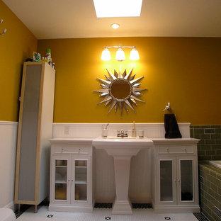 Idee per una stanza da bagno con doccia contemporanea di medie dimensioni con ante di vetro, ante bianche, vasca da incasso, vasca/doccia, WC a due pezzi, piastrelle diamantate, pareti arancioni, pavimento con piastrelle a mosaico, lavabo a colonna e top in legno