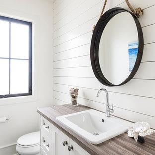 Imagen de cuarto de baño con ducha, de estilo de casa de campo, grande, con armarios estilo shaker, puertas de armario blancas, sanitario de una pieza, paredes blancas y lavabo de seno grande