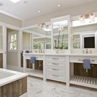 Ispirazione per una stanza da bagno country con ante bianche