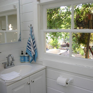 Example of a country bathroom design in Los Angeles