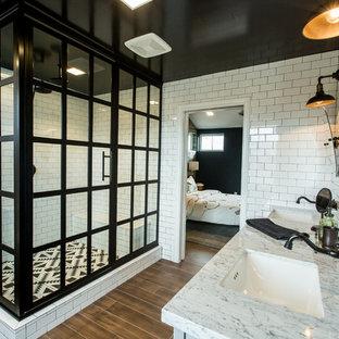 Exempel på ett industriellt en-suite badrum, med en hörndusch, svart och vit kakel, tunnelbanekakel, vita väggar, mellanmörkt trägolv och ett undermonterad handfat