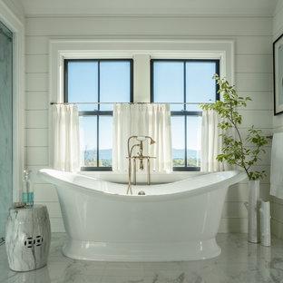 Foto de cuarto de baño de estilo de casa de campo con bañera exenta, combinación de ducha y bañera y paredes beige