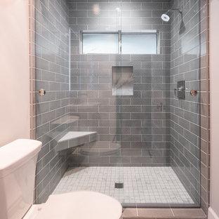 Ispirazione per una piccola stanza da bagno minimal con ante bianche, doccia alcova, WC a due pezzi, pavimento in gres porcellanato, lavabo a colonna, pavimento bianco, porta doccia scorrevole, panca da doccia, un lavabo e mobile bagno freestanding