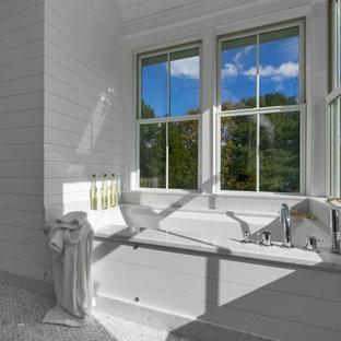 Inspiration för mellanstora moderna en-suite badrum, med ett undermonterat badkar, grå kakel, mosaik, vita skåp, vita väggar, mosaikgolv och marmorbänkskiva