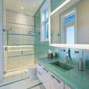 Inspiration för stora moderna turkost badrum med dusch, med släta luckor, vita skåp, en dusch i en alkov, en toalettstol med hel cisternkåpa, grön kakel, glaskakel, gröna väggar, marmorgolv, ett integrerad handfat och bänkskiva i glas