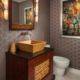 Ispirazione per una stanza da bagno etnica con lavabo a bacinella, pareti grigie e pavimento in marmo