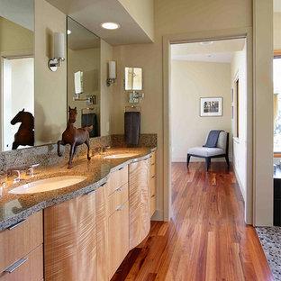 Ispirazione per una stanza da bagno padronale design con consolle stile comò, ante in legno chiaro, pareti beige, pavimento in legno massello medio, lavabo sottopiano e pavimento arancione