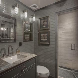 Ispirazione per una piccola stanza da bagno padronale boho chic con consolle stile comò, ante grigie, doccia alcova, WC a due pezzi, piastrelle grigie, piastrelle di vetro, pareti grigie, pavimento in pietra calcarea, lavabo sottopiano e top in onice