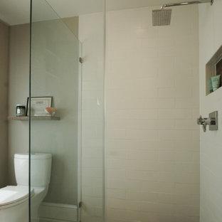 Modelo de cuarto de baño principal, actual, pequeño, con lavabo de seno grande, armarios estilo shaker, puertas de armario de madera oscura, ducha a ras de suelo, sanitario de dos piezas, baldosas y/o azulejos blancos, baldosas y/o azulejos de piedra, paredes grises y suelo de mármol