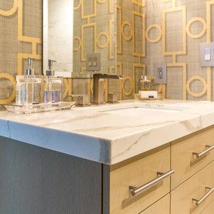 Immagine di una stanza da bagno con doccia minimal di medie dimensioni con ante lisce, ante gialle, pareti gialle, lavabo sottopiano e top in quarzo composito