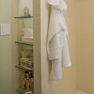 Immagine di una piccola stanza da bagno con doccia contemporanea con doccia alcova, piastrelle beige, piastrelle in ceramica, pareti gialle, lavabo a bacinella e top piastrellato