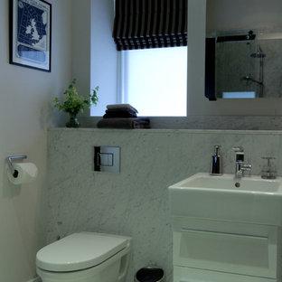 Imagen de cuarto de baño principal, actual, pequeño, con ducha abierta, sanitario de pared, baldosas y/o azulejos grises, paredes grises, suelo de mármol, lavabo suspendido y encimera de mármol