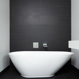 Idee per una grande stanza da bagno padronale design con lavabo sospeso, nessun'anta, ante bianche, top in quarzo composito, vasca freestanding, doccia doppia, WC monopezzo, piastrelle nere, piastrelle in gres porcellanato, pareti bianche e pavimento in gres porcellanato