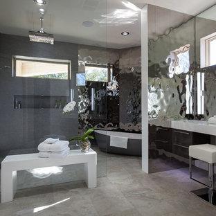 Mittelgroßes Modernes Badezimmer En Suite mit offenen Schränken, grauen Schränken, freistehender Badewanne, offener Dusche, grauen Fliesen, farbigen Fliesen, Spiegelfliesen, grauer Wandfarbe, Keramikboden, Mineralwerkstoff-Waschtisch und integriertem Waschbecken in Dallas
