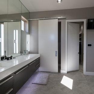 Mittelgroßes Modernes Badezimmer En Suite mit offenen Schränken, grauen Schränken, freistehender Badewanne, offener Dusche, grauen Fliesen, farbigen Fliesen, Spiegelfliesen, grauer Wandfarbe, Keramikboden, integriertem Waschbecken und Mineralwerkstoff-Waschtisch in Dallas