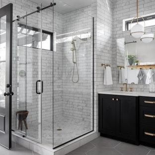 Idee per una stanza da bagno padronale minimal di medie dimensioni con ante nere, doccia ad angolo, piastrelle bianche, piastrelle diamantate, pareti bianche, pavimento con piastrelle in ceramica, lavabo sottopiano, pavimento grigio, porta doccia scorrevole, top bianco e ante in stile shaker